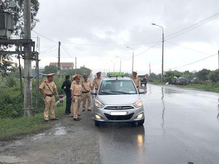 CSGT Quang Ninh kiem tra tung xe o to truy tim 2 tu tu - Anh 2