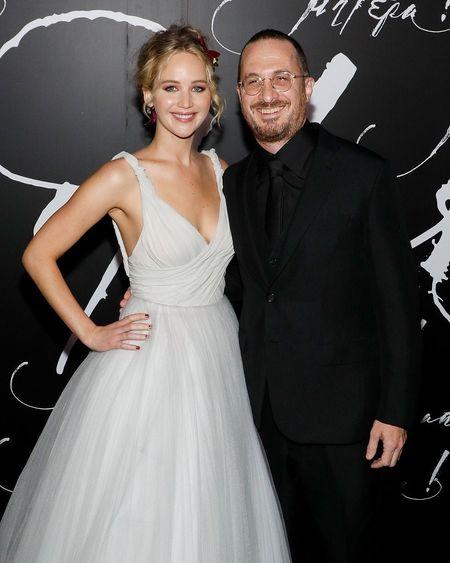 Jennifer Lawrence dien vay trang long lay ben ban trai hon 21 tuoi - Anh 11