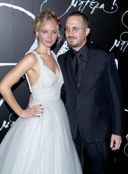 Jennifer Lawrence dien vay trang long lay ben ban trai hon 21 tuoi - Anh 1