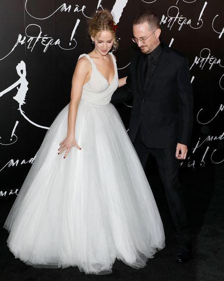 Jennifer Lawrence dien vay trang long lay ben ban trai hon 21 tuoi - Anh 2