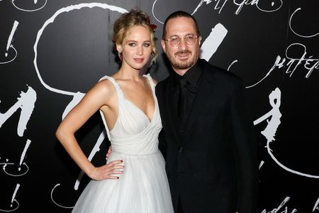 Jennifer Lawrence dien vay trang long lay ben ban trai hon 21 tuoi - Anh 3