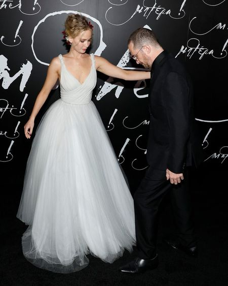 Jennifer Lawrence dien vay trang long lay ben ban trai hon 21 tuoi - Anh 4