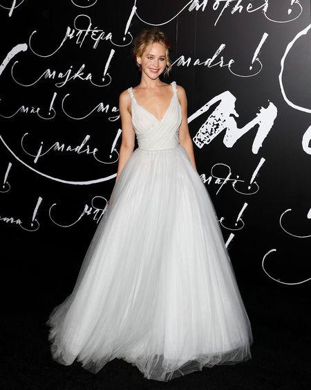 Jennifer Lawrence dien vay trang long lay ben ban trai hon 21 tuoi - Anh 5