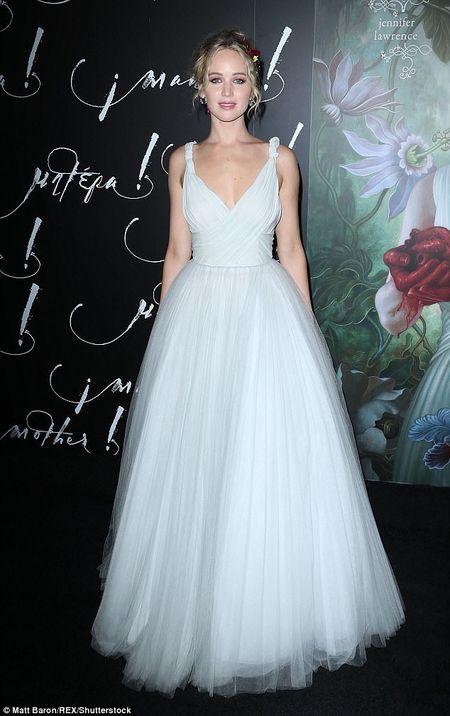 Jennifer Lawrence dien vay trang long lay ben ban trai hon 21 tuoi - Anh 7