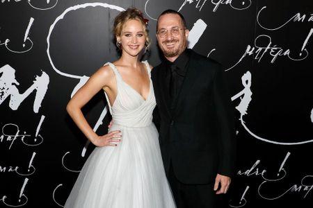 Jennifer Lawrence dien vay trang long lay ben ban trai hon 21 tuoi - Anh 8