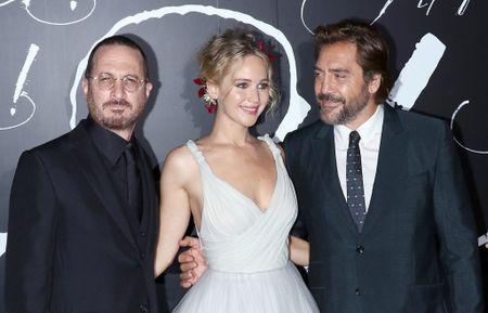 Jennifer Lawrence dien vay trang long lay ben ban trai hon 21 tuoi - Anh 9