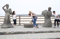 Hoa hậu Jennifer Phạm 'bật máu' khi thử sức cõng Minh Hằng