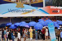 Hà Nội: Vã mồ hôi xếp hàng 'săn' vé máy bay 199.000 đồng