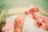 Bà mang cháu mới sinh đến bệnh viện đòi đổi vì... xấu