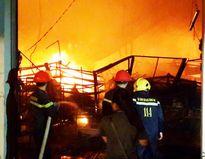 Nhà kho công ty Suzuki bốc cháy dữ dội trong đêm
