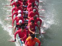 Hàng ngàn người đội nắng xem đua thuyền trên sông Cà Ty mừng Tết