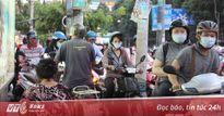 Kẹt xe ngày valentin ở sài Gòn, xe máy 'phi' vào trạm chờ xe buýt để thoát nạn