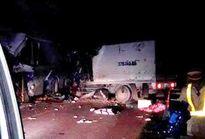 """Đầu xe tải """"găm"""" vào xe khách, 16 người thương vong"""