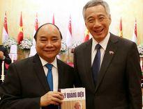 Ông Lý Hiển Long tặng sách Thủ tướng Nguyễn Xuân Phúc
