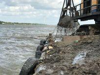 Cạp cát phá cả đáy sông Hậu