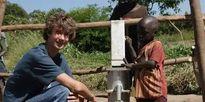 Cậu bé 6 tuổi nuôi chí lớn thay đổi châu Phi, 18 năm sau khiến thế giới cảm phục