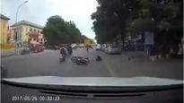 Clip đang đi vù vù, cô gái bị cướp phi lên giật túi xách, ngã văng ra đường ở Đồng Nai