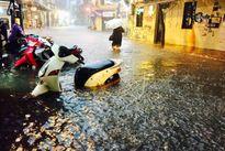 Mưa lớn trút xuống, nhiều tuyến phố Hà Nội lại chìm trong biển nước