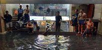 Huy động hơn 2.300 người chống ngập, HN vẫn không 'đỡ nổi' trận mưa đêm qua