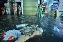 Người dân phố cổ khổ sở dọn chiến trường sau khi mưa ngập