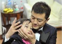 Cách ông bố đơn thân Lý Á Bằng chăm con khuyết tật khiến ai cũng xao lòng