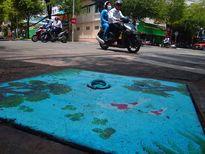 Vẽ tranh nắp cống kêu gọi người Sài Gòn không xả rác