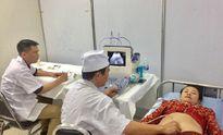 Bệnh viện Quân y 4 khám bệnh miễn phí, trao quà cho người dân Lào