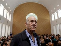 Được giảm án, cựu Thủ tướng Israel vẫn đối mặt cáo buộc hình sự
