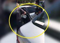 Cảnh sát giải cứu chú chó Pitbull bị nhốt trong xe hơi giữa ngoài trời 40 độ C