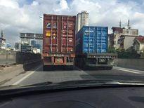 Truy tìm 2 xe container dàn hàng ngang chạy 'rùa bò' gây bức xúc