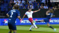 Carles Puypol vào bóng thô bạo với Phil Neville