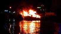 Cháy tàu cá lúc rạng sáng trên sông Cà Ty