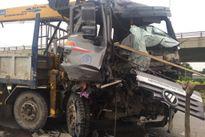 Xe tải bẹp đầu sau cú tông đuôi container, phụ xe kẹt cứng bên trong