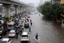 Ảnh hưởng bão, đường Hà Nội thành 'biển nước'