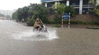 Hà Nội mưa ngập do ảnh hưởng bão số 2: Mỗi CSGT là một 'biển báo an toàn'