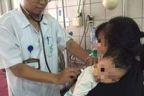 Bé trai 6 tháng ngộ độc chì phải thở máy vì cha mẹ tự ý cho uống thuốc cam