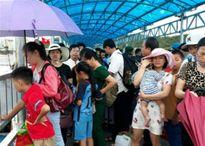 Sau 2 ngày kẹt bão ở Cô Tô, hơn 3.000 du khách trở về đất liền
