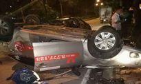 Taxi va chạm xe máy rồi lật ngửa ven đường, một người đàn ông tử vong