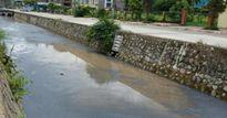 Váng đen vây kín mặt kênh dẫn ra vịnh Hạ Long