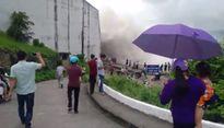 Dân bất chấp nguy hiểm, đưa trẻ em đi xem xả lũ thủy điện Hòa Bình