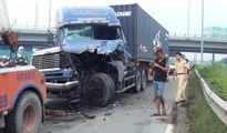 Container nát đầu sau cú tông đuôi xe tải