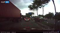 Choáng với clip tài xế cho xe bán tải trèo qua dải phân cách ở TP.HCM