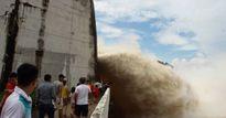 NÓNG: Thủy điện Hòa Bình tiếp tục phải mở cửa xả đáy thứ 3 để xả lũ