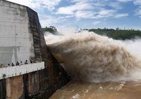 Thủy điện Hòa Bình mở thêm cửa xả lũ thứ 3