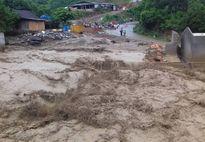 Nhà sập, đường ngập bùn sau hai giờ lũ ống ở Nghệ An