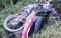 Xe máy đấu đầu trên đường làng, 3 người thương vong