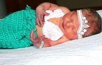 Em bé sơ sinh tử vong vì một nụ hôn