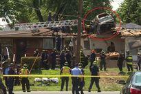 Chiếc SUV nằm gọn trên nóc nhà sau va chạm