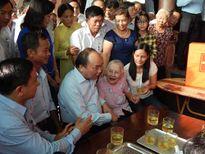 Hình ảnh gần gũi của Thủ tướng Nguyễn Xuân Phúc với bà con Hà Tĩnh