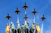 Phi đội bay của Mỹ trình diễn trên bầu trời Paris vào top ảnh tuần